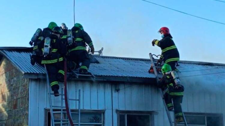 Tres bomberos lesionados deja incendio en Barrio San Miguel