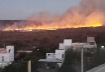 Contuvieron incendio de campos cerca de viviendas en La Calera