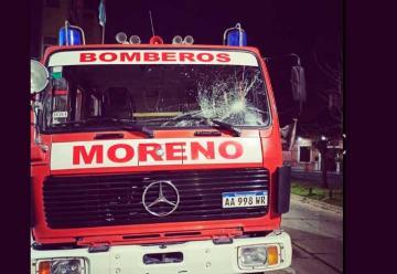 Apedrean camión de bomberos que acudió a apagar un incendio