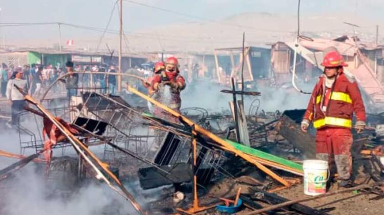 Incendio consume 60 viviendas de asentamiento