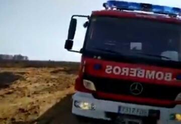 Tres bomberos heridos en un incendio de pastos en Torreblanca