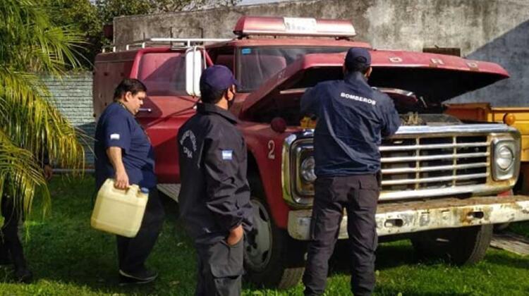 Bomberos de Saladas donó autobomba a Bomberos de Colonia Carolina
