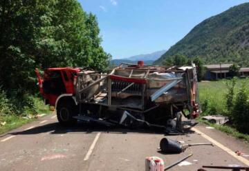 Un bombero herido al volcar su camión cuando iba a repostar