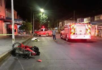 Muere motociclista al chocar contra unidad de bomberos