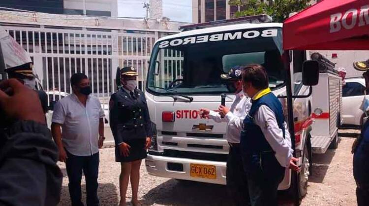 Dirección Nacional de Bomberos entrega camión a Sitionuevo
