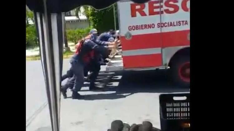 Camión de bomberos se quedó sin gasolina y tuvo que ser empujado