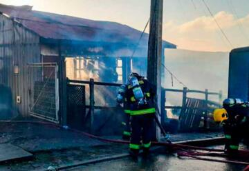 Tres damnificados y un bombero lesionado tras voraz incendio