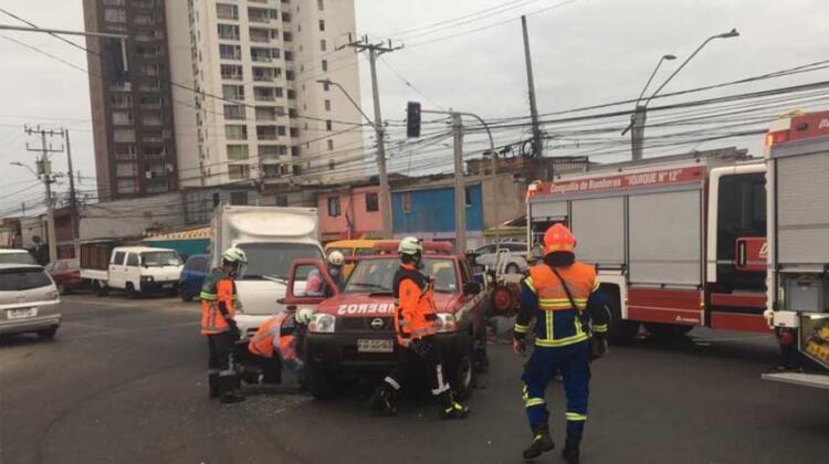 Camioneta de Bomberos de Iquique chocó con vehículo de carga