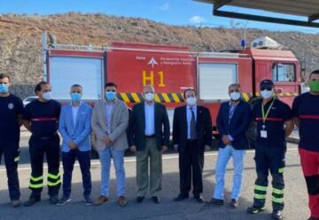 El Aeropuerto de La Gomera dona un camión de bomberos al Cabildo