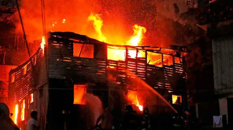 Incendio consumió una casa y un bombero es agredido por vecinos