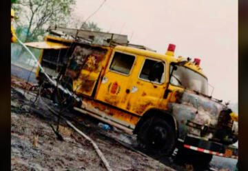 Una autobomba fue alcanzado por las llamas en un incendio forestal
