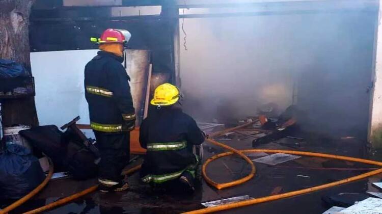 Un incendio destruyó una carpintería y una casa