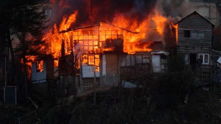 Incendio afectó parte del Cerro Curruhuinca y un sector con casas