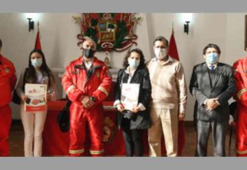 Deudos de bomberos héroes fallecidos reciben beneficios económicos