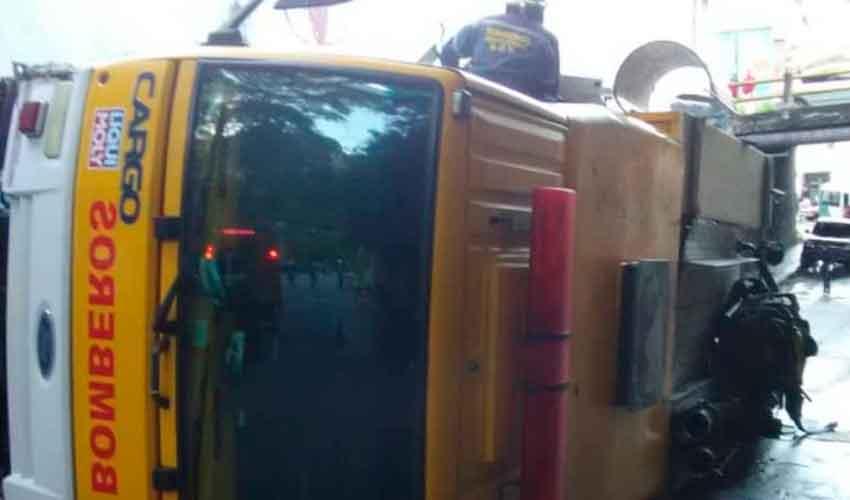 Camión de bomberos de la UCV se volcó en El Paraíso