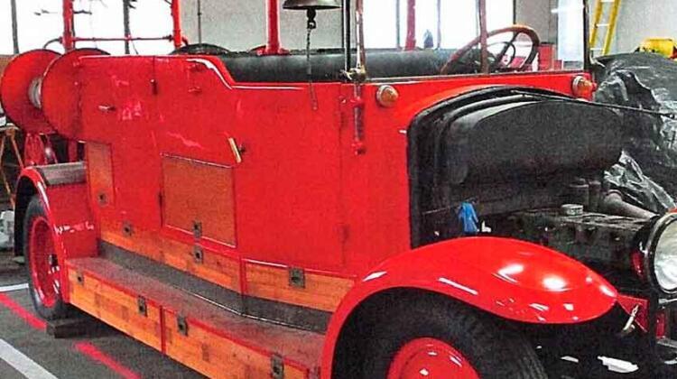 Restauran camión histórico de bomberos del año 1929