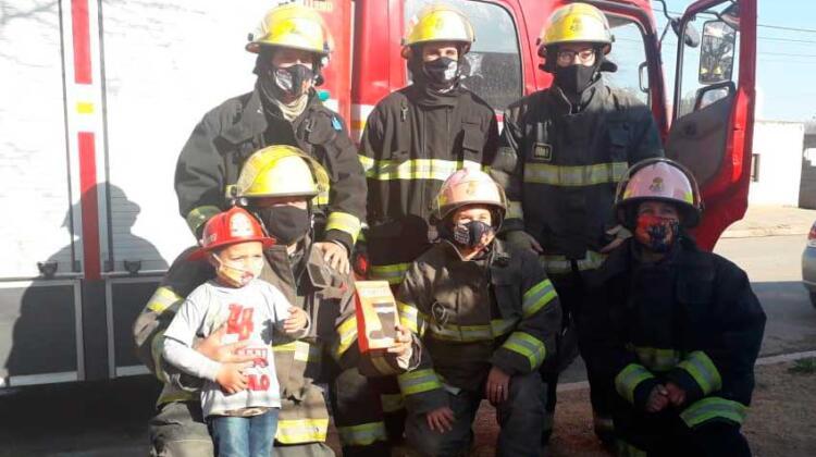Cumplió 4 años y los bomberos le dieron su mejor regalo