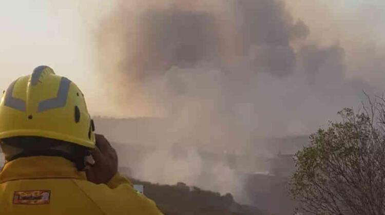 Tres bomberos tuvieron que ser asistidos al ser rodeados por el fuego