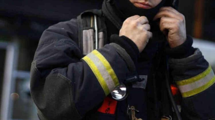 Detienen a dos bomberos por su participación en incendio a vivienda