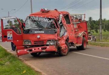 Carro de bomberos sufre accidente mientras acudía a un servicio