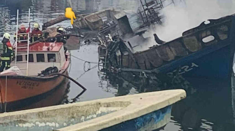 Un incendio de embarcación movilizó a Bomberos