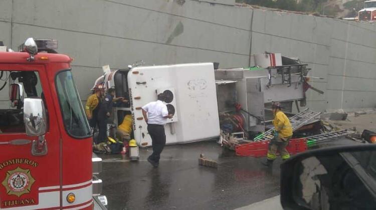 Vuelca unidad de bomberos: varios bomberos heridos