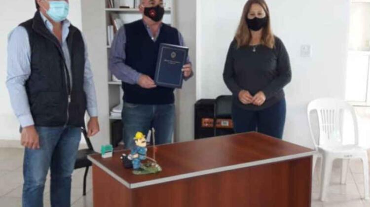 Bomberos Voluntarios recibió un aporte para reparar autobomba
