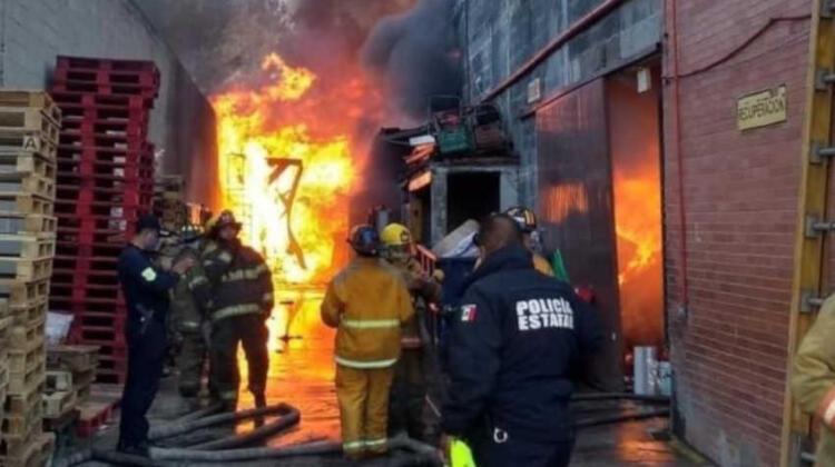 Incendio en fábrica dejó dos bomberos lesionados