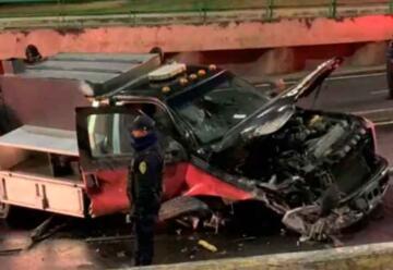 Tres bomberos resultaron lesionados al caer su camioneta en una coladera