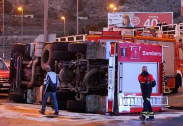 Vuelca un camión de los Bomberos en la rotonda de Petrer