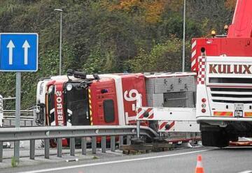 Vuelca un camión de Bomberos de Donostia en Martutene