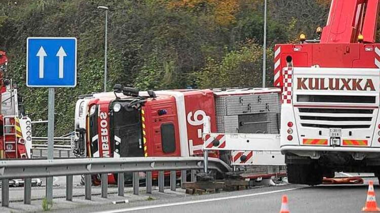 Vuelca un camión de bomberos en Martutene