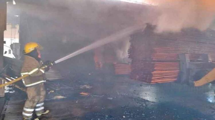 Bomberos combatieron un gran incendio en el Parque Industrial