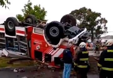 Varios lesionados deja volcamiento de carro de Bomberos en Talcahuano