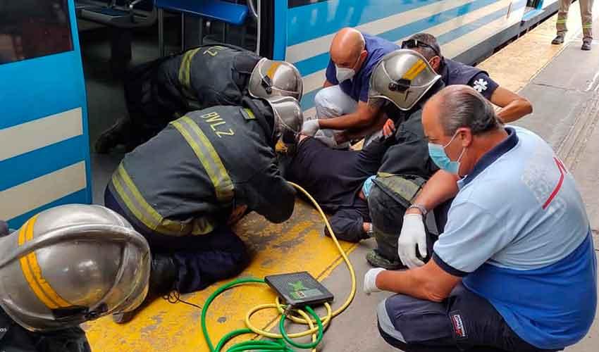 Un hombre fue rescatado luego de quedar atrapado entre un tren y el andén