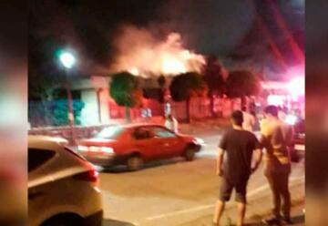 Incendio en escuela de Chiguayante dejó 2 bomberos lesionados