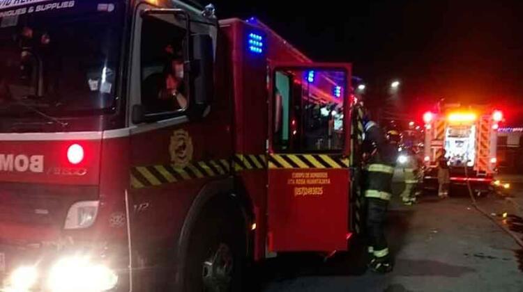 Fuegos artificiales dejaron fuera de servicio a un carro de Bomberos