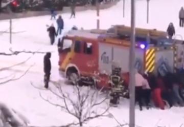 Bomberos de Madrid: «Esta vez somos nosotros los rescatados»