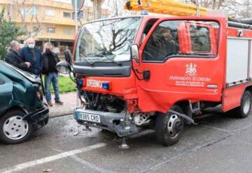Choque de un camión de bomberos con un turismo