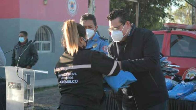 El cuerpo de Bomberos de Tlajomulco recibieron uniformes
