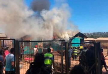 Golpean a bombero durante un incendio de vivienda