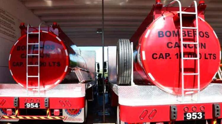 Entregan dos carros tanques a Bomberos de Cancún