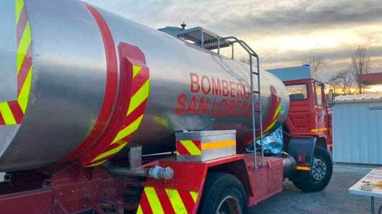 Bomberos reciben un camión donado pero deben pagar el transporte