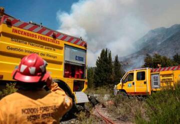 Movilizan refuerzos para evitar que las llamas lleguen a una zona de viviendas