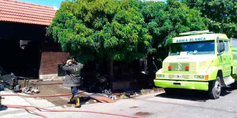 Incendio de casa: Un bombero terminó en el hospital