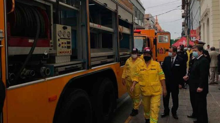 Bomberos reciben dos vehículos donados por Taiwán