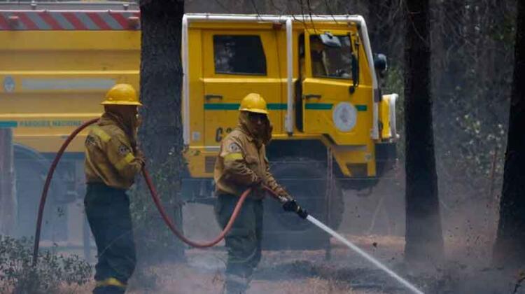 Los bomberos siguen trabajando contra los incendios en la Patagonia