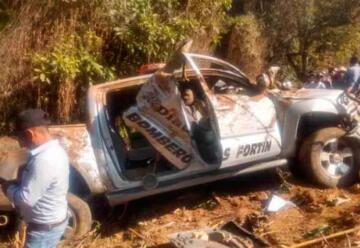 Tres bomberos murieron tras caer camioneta por barranco