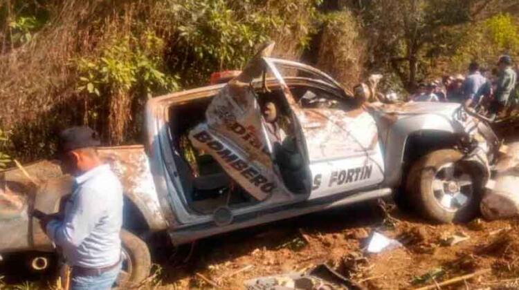 Vuelcan camioneta de bomberos: 2 muertos y 6 heridos