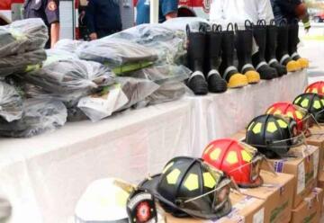 Bomberos de La Paz reciben equipamiento
